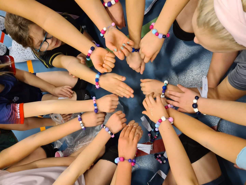 Teamspirit bij onze jongste volleyballertjes!